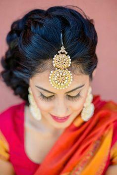 indische Braut mit schönen Accessoires