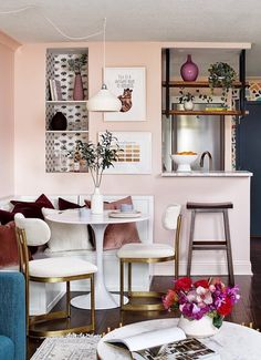 So cheerful, so warm, so inviting. May I say so rosy? Diy Interior, Interior Design, Small Living, Living Spaces, Living Rooms, Bright Wallpaper, Custom Shelving, Smart Storage, Storage Ideas