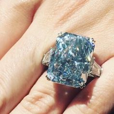 The Cullinan Dream Diamond - 24.18 ct - fancy vivid blue emerald-cut IIb - baguette-cut white diamond on sides - from 122.52 ct rough from the Cullinan mine - $25.4 million at auction Bold Jewelry, Jewelry Rings, Jewelery, Fine Jewelry, Fashion Jewelry, Best Diamond, Diamond Rings, Diamond Jewelry, Glitter Rocks