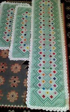 Bordado em tecido xadrez - Caminho de Mesa (Detalhes sobre os bordados... Visitar)