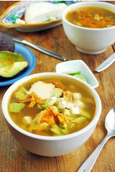 Esta sopa de flor de calabaza es una comida completa