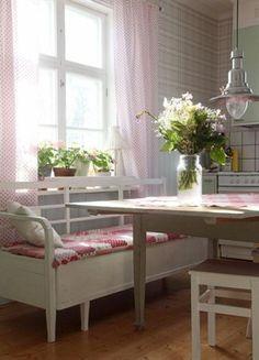 <strong>Mönstrat.</strong> Kökssoffan har Clara ärvt av sin mormor och köksbordet är ett gammalt slagbord från en släkting till hennes man.