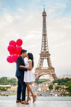 Happy 4th of July dear friends !  #kissmeinparis #kissinparis #4thofjuly #parisphotographer #parisengagementphotographer #eiffeltower #paris #redballoons