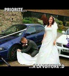Ben oui, même après le mariage certains hommes continuent d'aimer leur voiture. #humour #rire