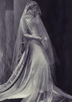Photos Of Vintage Wedding Dresses Vintage Veils, Vintage Wedding Photos, Vintage Bridal, Vintage Glamour, Vintage Beauty, Vintage Dresses, Vintage Outfits, Vintage Fashion, 1930s Wedding