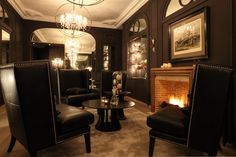 View deals for New Hotel Roblin La Madeleine. Paris Olympia is minutes away. WiFi is free, and this hotel also features a restaurant and a bar. Casablanca, Paris Landmarks, Style Parisienne, Superior Room, Double Room, Bar Lounge, Hotel Interiors, Paris Hotels, Black Decor