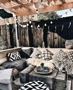 Rustic boho home accessories are cute and cozy. Art, plants and little home deco. Balcony Design, Patio Design, Diy Patio, Backyard Patio, Pallet Patio, Diy Terrasse, Outdoor Balcony, Balcony Garden, Corner Garden