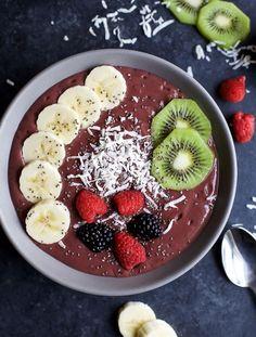 fiber fruits BANANA BERRY SMOOTHIE BOWL an easy delicious way to add protein, fiber, fruits, and veggies to your breakfast! Easily customize the toppings to your Smoothie Bowl. Tastes so Banana Berry Smoothie, Smoothie Bowl, Yummy Smoothies, Smoothie Recipes, Comidas Pinterest, Kiwi, Comida Diy, Easy Healthy Breakfast, Breakfast Recipes