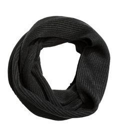 Black. Tube scarf in a soft rib knit. Width 30 cm, circumference 125 cm.