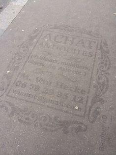 パリでは道路にプリントしてしまう広告が登場したらしい。