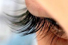 Prøv dette naturlige middel for længere øjenvipper — Bedre Livsstil False Eyelashes Tips, Fake Eyelashes, False Lashes, Longer Eyelashes, Yoga Facial, Eyelash Tips, Artificial Eyelashes, Aloe Vera, Tricks