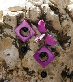 BLACK&PURPLE - A set of bracelet and earrings realized with black beads and purple mother of pearl squared donuts.