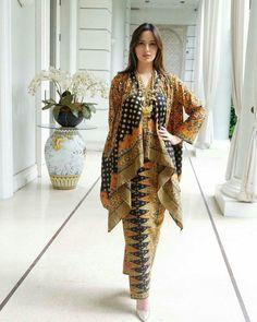 Ideas Fashion African Traditional Wedding Dresses For 2019 Kebaya Hijab, Batik Kebaya, Kebaya Dress, Blouse Batik, Batik Dress, Batik Blazer, High Street Fashion, Dress Batik Kombinasi, Mode Batik