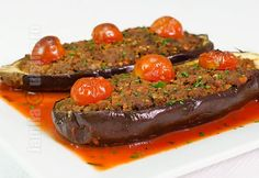 Vinete umplute cu carne de vita - reteta video via @JamilaCuisine Romanian Food, 30 Minute Meals, Meatloaf, Ratatouille, Eggplant, Food Videos, Food To Make, Steak, Beef