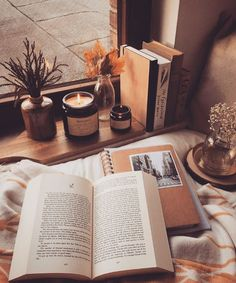 Reading by the candlelight hygge style my first apartment romantic cozy bedrooms bedroom space ideas new Pic Tumblr, Lecture Aura, Best Self Help Books, Cozy Aesthetic, Aesthetic Coffee, Autumn Aesthetic Tumblr, Aesthetic Bedroom, Autumn Cozy, Autumn Fall
