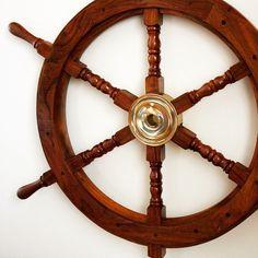 Drewniane koło sterowe z mosiężną piastą - prestiżowy morski symbol przywództwa, stylowy żeglarski prezent, alegoria trzymania steru władzy, dowodzenia, marynistyczny synonim kapitańskiej władzy  http://sklep.marynistyka.org/kola-sterowe-c-4.html  http://marynistyka.biz
