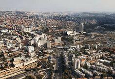 Jerusalém encontra-se na região central do país, a 60 km ao leste de Tel Aviv e do Mar Mediterrâneo, e cerca de 35 km a oeste do Mar Morto.