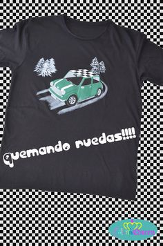 Camiseta personalizada pintada a mano con Mini Cooper en verde y capot ajedrezado.