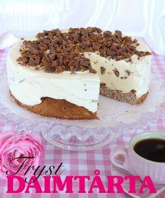 Daimtårta med mandelmarängbotten | Fantastiskt god och enkel tårta som älskas av både vuxna och barn. Den gräddiga fyllningen med hackad Daim fryses in ovanpå en makalöst god mandelmarängbottnen.