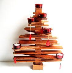 Tra le idee più originali per fare l'albero di Natale c'è sicuramente quella di crearlo in legno. Con i rametti o con listarelle di balza, guardate queste idee creative da design!