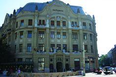 Palatul Lloyd a fost construit intre anii 1910 – 1912, dupa planurile arhitectului Leopold Baumhorn, prin subscriptia baneasca a mediului de afaceri local. Aici a functionat o mare perioada de timp Bursa Agricola. Dupa instaurarea regimului comunist, in 1945, imobilul a fost donat unei universitati.
