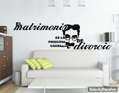 """Vinilo decorativo tipográfico de una frase célebre de Groucho Marx: """"El matrimonio es la primera causa de divorcio"""""""