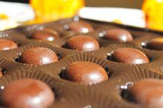 V-ati dorit vreodata ca ciocolata sa aiba mai multa personalitate? Da? Atunci, cu siguranta, ne potrivim! Ador ciocolata si cred ca este o adevarata minune Healthy Food, Healthy Recipes, Doritos, Mini Cupcakes, Muffin, Food And Drink, Sweets, Snacks, Breakfast
