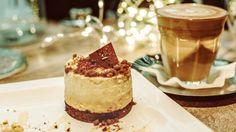 Zur Weihnachtszeit passt ein leckeres Dessert mit Spekulatius: Probieren Sie dieses köstliche Mousse-Krokant-Törtchen. Hier gibt es das simple Rezept!