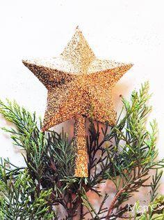 Pas de sapin de noël digne de ce nom sans une jolie étoile en son sommet ! On vous propose une étoile en relief et qui scintille à fabriquer avec les enfants. Attention, ça va être la fête de la paillette ! Cette étoile en relief pour le sommet du sapin a été entièrement réalisée à partir d'un emballage de paquet de biscottes ! Suivez notre pas à pas pour cette étoile de noël à fabriquer soi-même.
