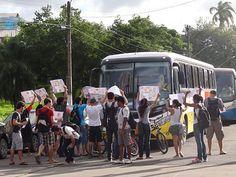 Protesto termina e Expresso Arena volta a sair da UFPE normalmente Serviço de ônibus foi alvo de manifestação de universitários, nesta tarde. Eles se queixaram de cancelamento de aula para que transporte funcionasse. Voltou ao normal o serviço Expresso Arena, que está partindo do estacionamento da Universidade Federal de Pernambuco (UFPE), no Recife, na tarde desta quarta-feira (19). Estudantes do campus fizeram um protesto, no começo da tarde, 19/06/2013 16h55  (Leia [+] clicando na imagem)