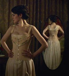 Michelle Dockery as Lady Mary Crawley in Downton Abbey Lady Mary Crawley, Downton Abbey Costumes, Downton Abbey Fashion, Dame Mary, Top Fashion, Michelle Dockery, Costume Shop, Historical Costume, Belle Photo