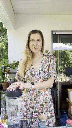 BIO HANFMILCH 🥛@mrsflury 🤍 Ganz einfach selbst gemacht! Hanfsamen enthalten alle essenziellen Aminosäuren & Fettsäuren und schmecken wunderbar als cremiger Pflanzendrink. Da Hanfsamen keine Enzymhemmer enthalten, müssen sie auch nicht vorher eingeweicht werden - einfach direkt im Mixer auf höchster Stufe verkleinern 🌪 Auf einen Teil Hanfsamen nehme ich 4 Teile Wasser und bereite die Hanfmilch gerne auf Vorrat zu 🥛Alles Liebe Eure Doris 😘#hanfmilch #hempseeds #mrsflury