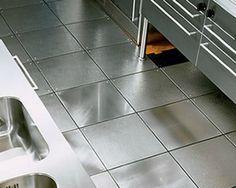 Los pisos de acero inoxidable son una excelente opción para lugares vanguardistas y elegantes. De igual manera, son fundamentales para aquellos lugares en donde se da la distribución y venta de alimentos.