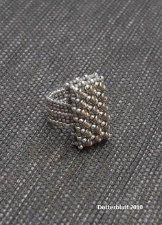 Auch die Seteritis hat sich wieder eingefunden - keine Kette ohne passenden Ring.     Das Grundelement besteht aus einem Cubic-RAW-Gerüst mi...