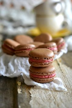 Chocolate Macarons with Raspberry Cream (next time put a little lemon juice in the Buttercream so it adds a little tartness) French Macarons Recipe, French Macaroons, Macaron Recipe, Pavlova, Chocolates, Gula, Clean Eating Snacks, Cookie Recipes, Raspberry