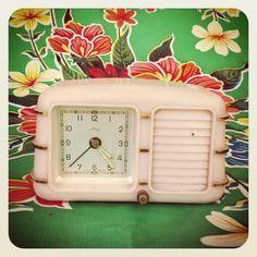 $26  Despertador años 70 rosa. via Bahía, confecciones, recuerdos y puestas de sol.. Click on the image to see more!