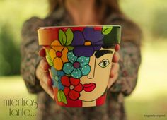 Risultati immagini per frida kahlo dibujo caricatura Painted Plant Pots, Painted Flower Pots, Flower Pot Crafts, Clay Pot Crafts, Flower Pot People, Decorated Flower Pots, Flower Pot Design, Ideias Diy, Posca
