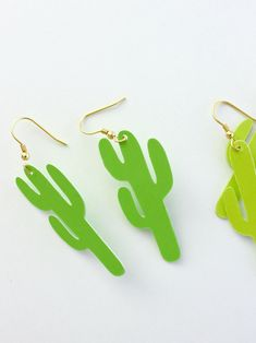 DIY PAPER CACTUS EARRINGS (WITH FREE CUT FILE) Cactus Earrings, Paper Earrings, Paper Jewelry, Diy Earrings, Earring Tutorial, Diy Tutorial, Diy Papier, Craft Tutorials, Jewelry Design