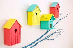 Envie d'une touche de nature dans la chambre de votre bout de chou ? Voici quelques conseils qui vous permettront d'ajouter des nichoirs colorés décoratifs aux murs de la chambre de Bébé. On entend déjà les petits oiseaux murmurer des berceuses à l'oreille de votre petit bout.