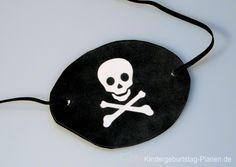 Eine Augenklappe für den Piraten-Geburtstag basteln geht mit unserer Druckvorlage ganz einfach. Enter einfach diese Seite!
