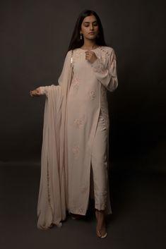 Salwar Designs, Kurta Designs Women, Kurti Designs Party Wear, Indian Gowns, Indian Attire, Indian Wear, Pakistani Dress Design, Pakistani Outfits, Indian Wedding Outfits