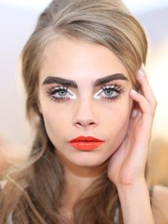 Makeup Ideas: The 5 Best Looks From Milan Fashion Week: Daily Beauty Reporter : With electric lips, modern liner, and lashes worthy of Sophia Loren, the makeup looks we saw at Milan Fashion Week have (Best Eyeliner White) Cara Delevingne, Beauty Kit, Daily Beauty, Beauty Hacks, Moschino, Eye Makeup, Hair Makeup, Runway Makeup, Putting On Makeup