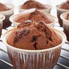 Cupcakes de Brownie. Aprende a preparar la receta tradicional del Brownie en forma de cupcakes. Cómo hacer cupcakes de brownie, receta paso a paso. Chocolate Muffins, Chocolate Cupcakes, Brownie Cupcakes, Drip Cakes, Cupcake Recipes, Cake Pops, Bakery, Food And Drink, Sweets
