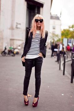 schwarzer Oversize-Blazer, gestreifte Bluse und rote Toe-Cut-Pumps