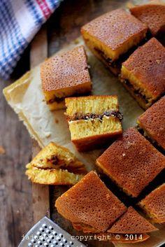 Martabak terang bulan is a wonderful, greasy, super-sweet Indonesian dessert you really don't want to miss. Indonesian Desserts, Indonesian Cuisine, Asian Desserts, Malaysian Cuisine, Malay Food, Traditional Cakes, Street Food, Love Food, Sweet Recipes