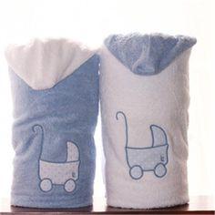 Toalla con capucha para niños azul con un COCHECITO DE BEBE bordado en blanco Www.lallavehueca.es