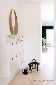Le meuble de notre entrée n'est autre que 2 meubles à chaussures Ikea que nous avons suspendu au mur.  Fin, il ne prend pas de place et permet de ranger pas mal de paires de chaussures tout en gardant l'élégance de l'entrée.  #maison #decoration #chaussures #hallway #home