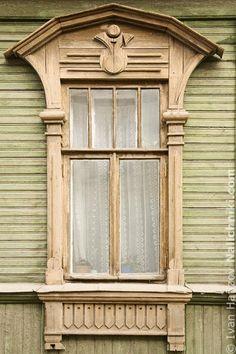 Оконный наличник Рязани №1 House Windows, Windows And Doors, Wooden Architecture, Window Shutters, Wooden Decor, Gazebo, Outdoor Structures, Balcony, Russia