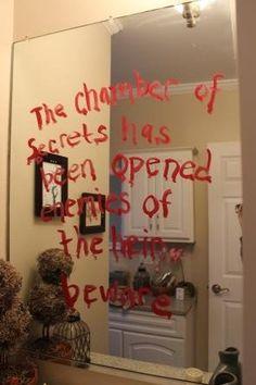 Com batom, escrever no espelho que a câmara secreta foi abert
