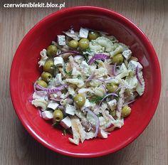 Sałatka makaronowa z wędzonym pstrągiem